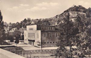 Bad Blankenburg: Blick auf die Stadthalle und die Burg Greifenstein