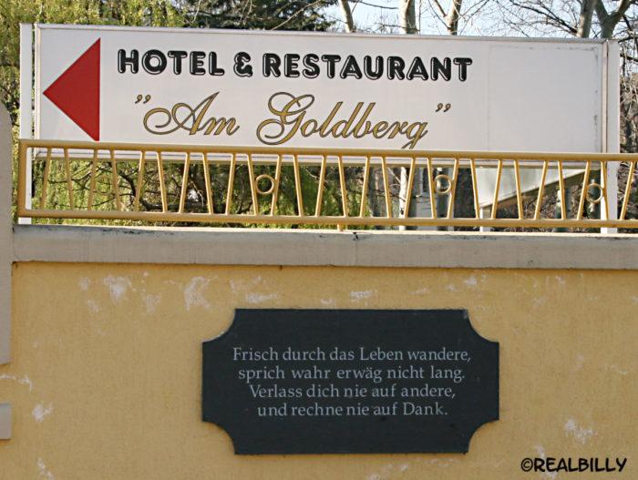 "Spruch am Zugang zum ehemaligen Hotel & Restaurant ""Am Goldberg"" Bad Blankenburg"